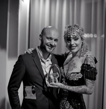 Los hermanos granadinos Gustavo e Irene López Mañas (alias Vinila Von Bismark) con el premio a Mejor Música de La Jolla International Fashion Film Festival. Captura Instagram @vinilavonbismark