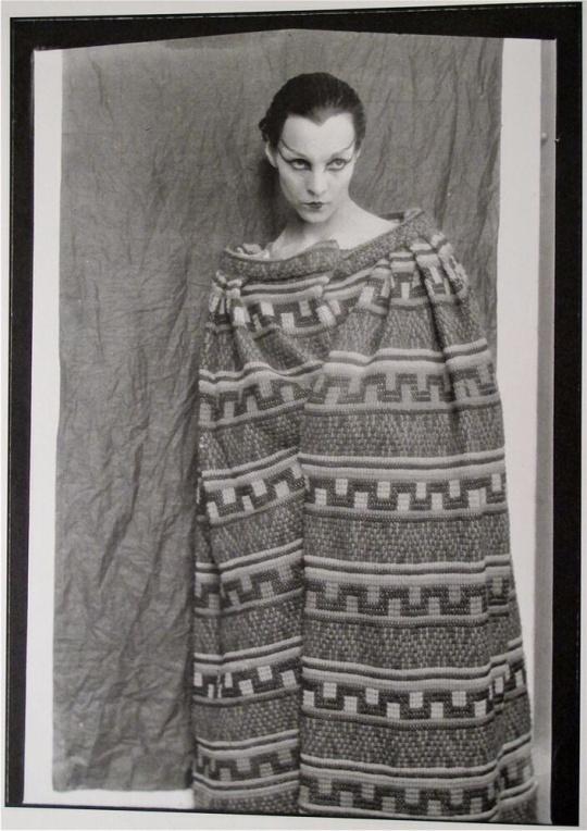 Túnica de Antígona por Chanel. La actriz protagonista Genica Athanasiou fotografiada por Man Ray.
